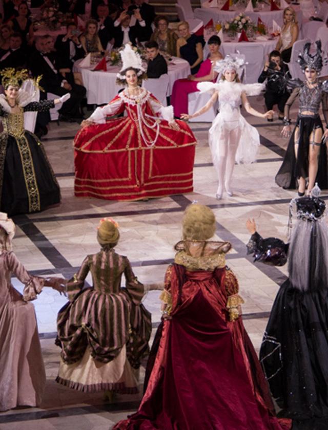 pokaz, wyzszaszkolaartystyczna, kostium, makijaz, charakteryzacja, krolowe, aniol, epoka, bal, politechnika