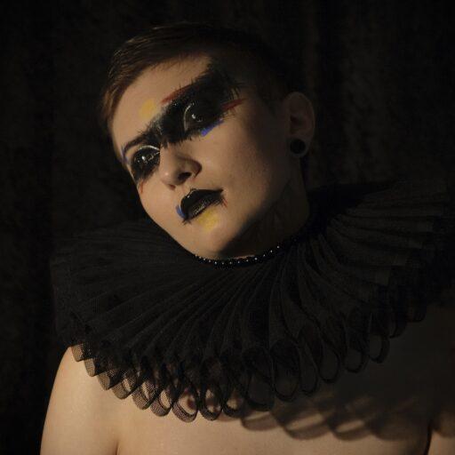 Czarna kryza kostiumografia