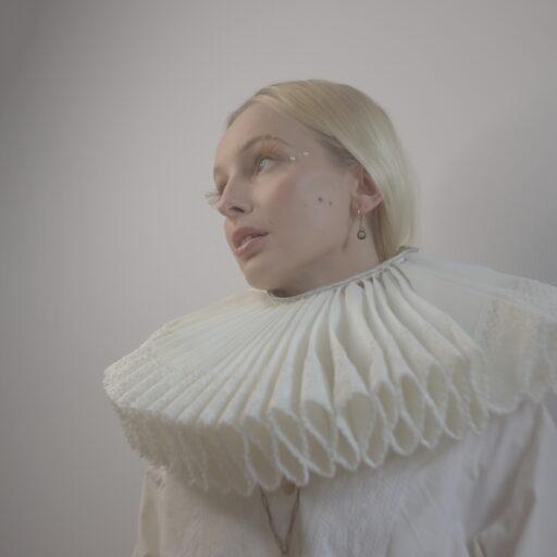 Biała kryza z koronką kostiumografia
