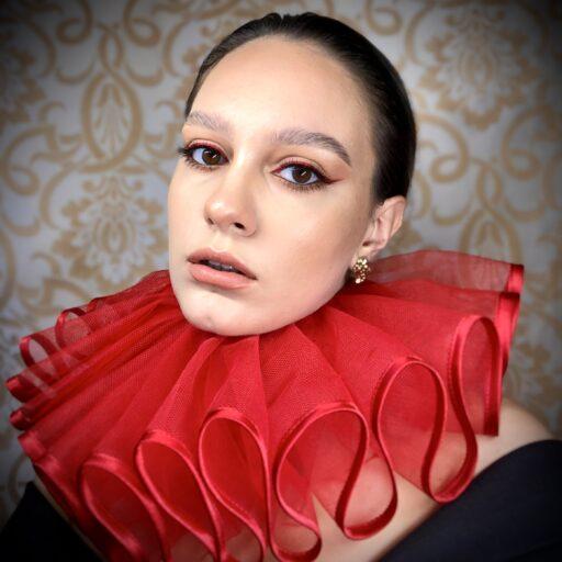 Czerwona kryza z lamówką kostiumografia