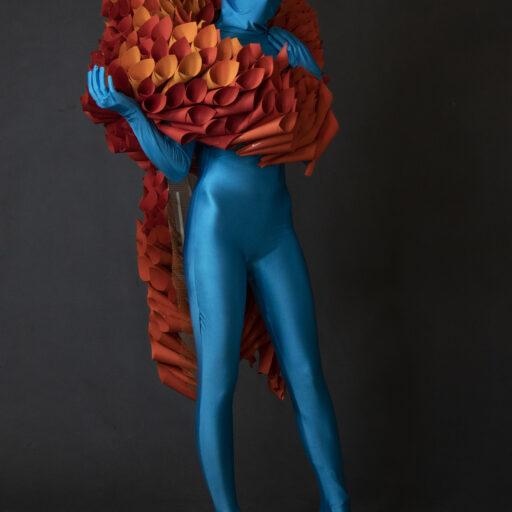 Kostium z elementami wykonanymi z papieru